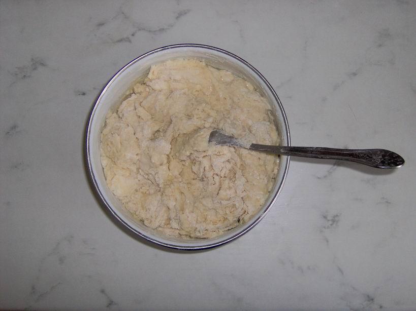 Далее смешать муку (2 стакана) с кефиром (0,5 стакана); добавить подсолнечное масло (2 столовые ложки)