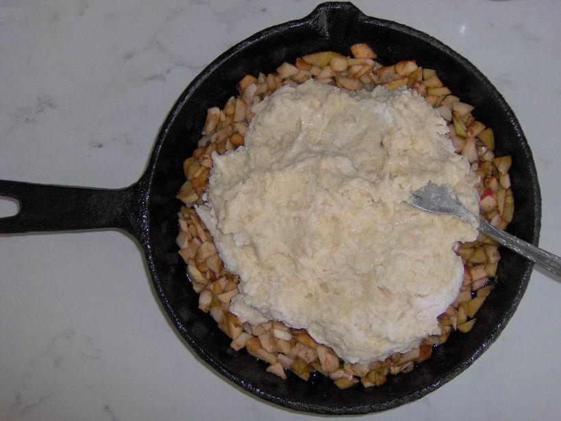 Полученное тесто смешать и вылить на яблоки, которые лежат в сковороде (пункт 4)