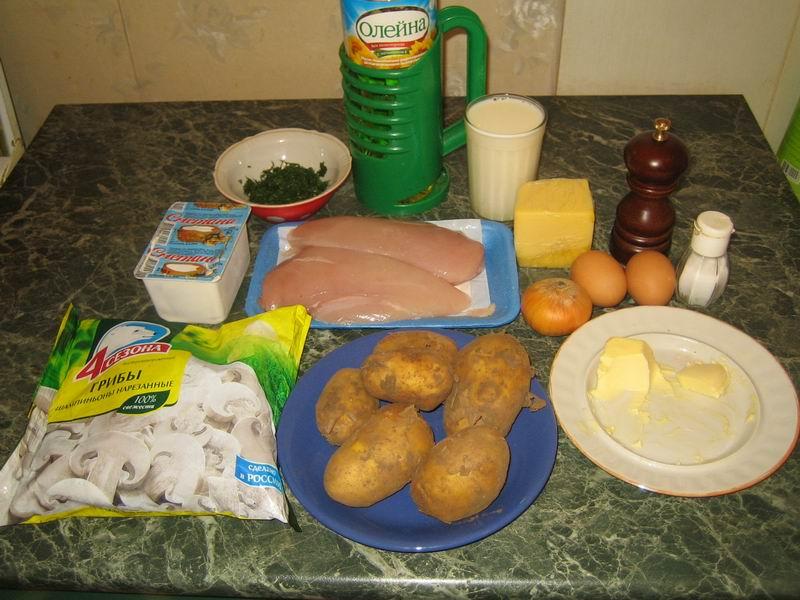 Список продуктов: картофель - 5-6 шт., куриное филе - 500 гр., шампиньоны - 400 гр., лук репчатый - 1 шт., сыр - 100 гр., сливочное масло - 40 гр., яйца - 2 шт., сметана - 2 столовые ложки, молоко - 1 стакан, растительное масло - 2 столовые ложки, перец, зелень укропа и соль - по вкусу