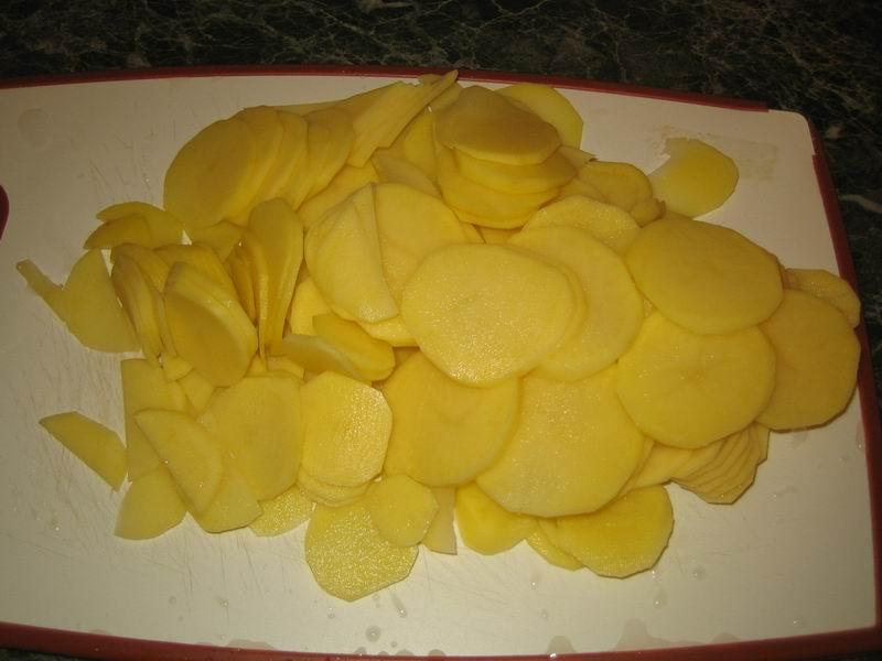 Взять и почистить картофель, помыть его и нарезать
