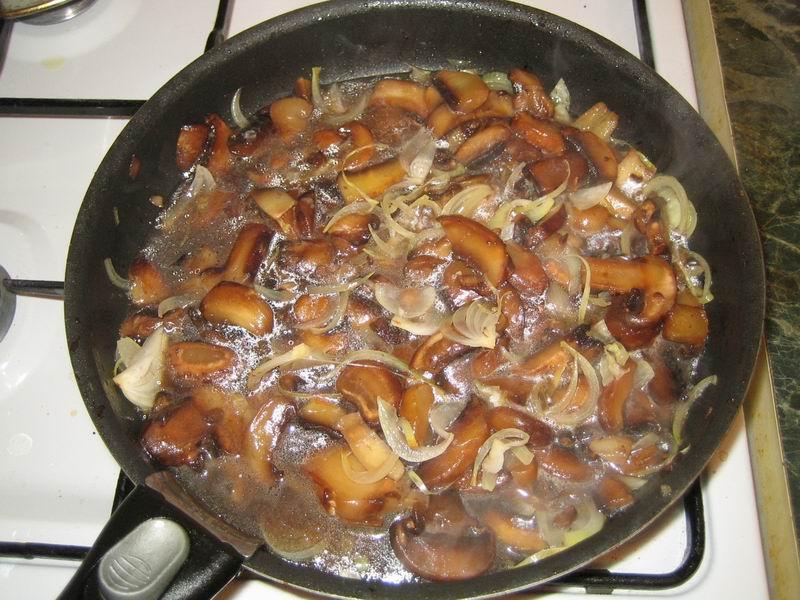 Добавить к луку (пункт 6) шампиньоны и готовить, помешивая, около 20 минут