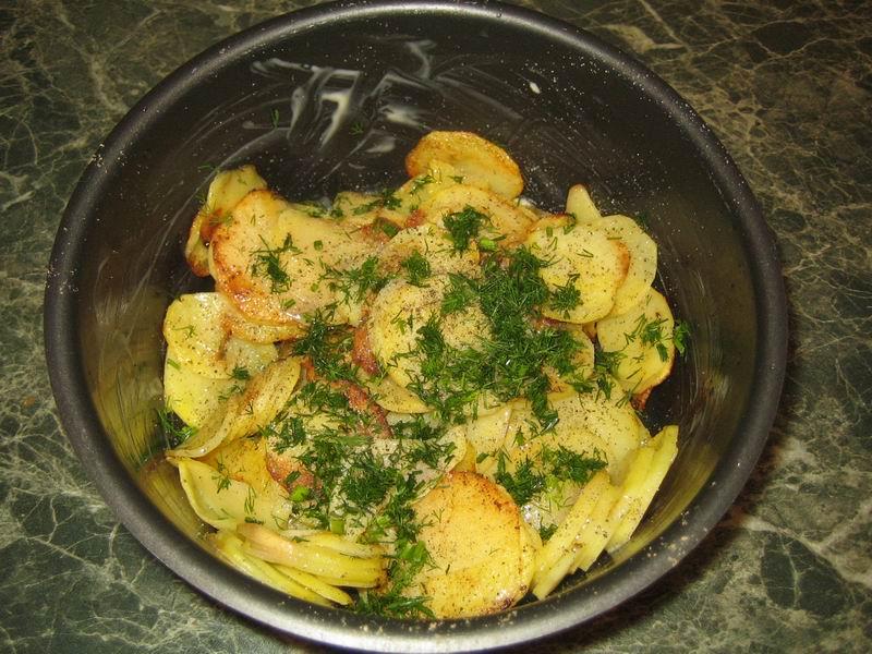Обжаренный картофель (пункт 2) переложить в смазанную сливочным маслом форму для запекания; посыпать солью, перцем и измельчённым укропом