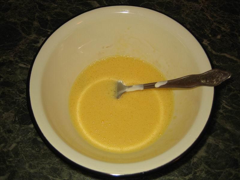Взять миску, разбить в неё яйца, размешать вилкой, добавить сметану, перемешать; добавить молоко, посолить, взбить венчиком