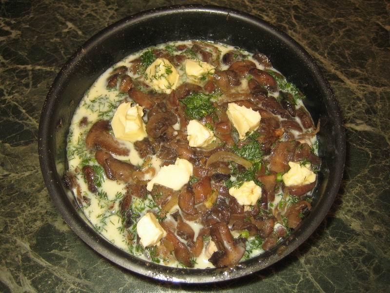 Залить запеканку полученным яичным соусом (пункт 11); сверху выложить маленькие кусочки сливочного масла