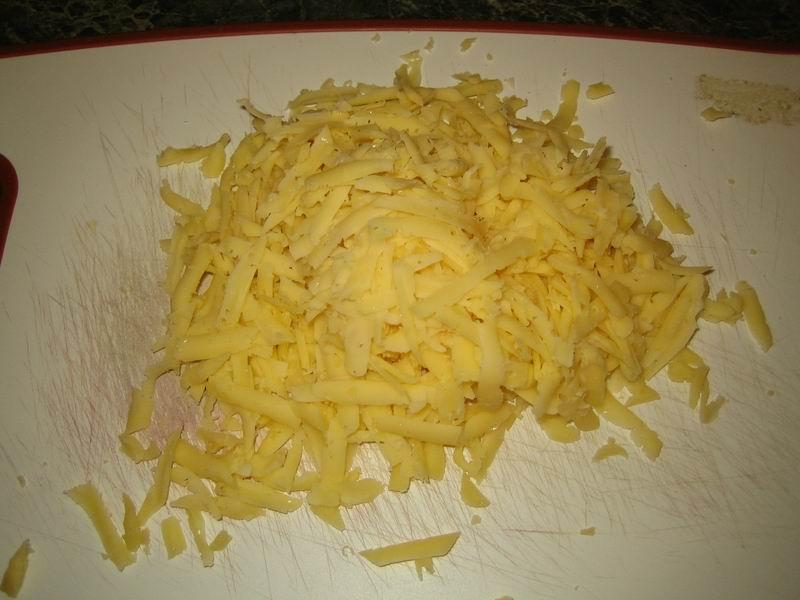 Натереть сыр на крупной тёрке