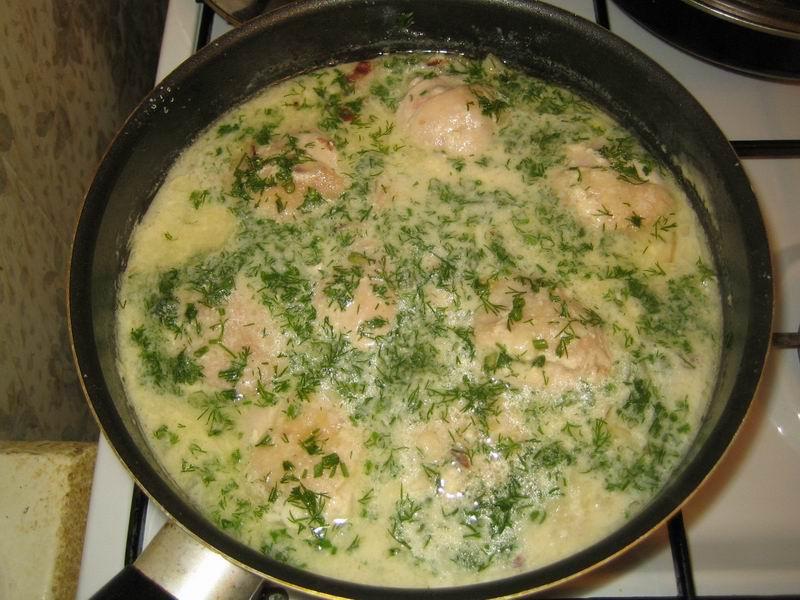 В готовое блюдо добавить чеснок и зелень укропа (пункт 4)