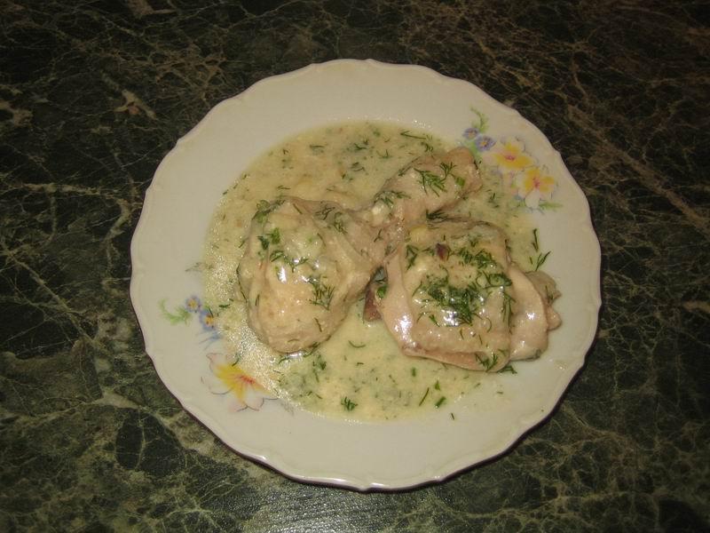 Теперь курицу в сметанном соусе можно подать к столу. Приятного аппетита!