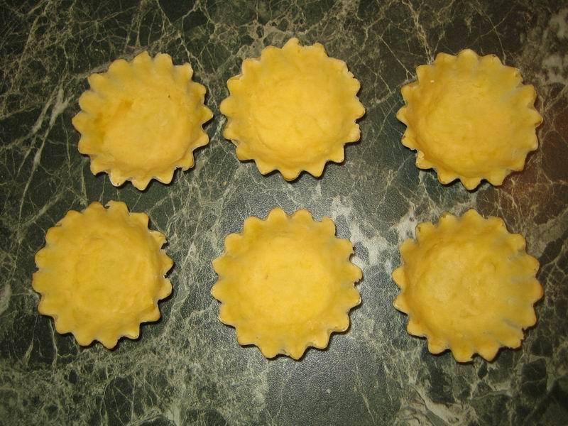 Формочками вырезать тесто, придать форму корзиночки