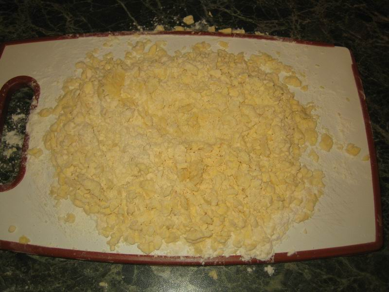Взять муку и маргарин; мелко нарезать