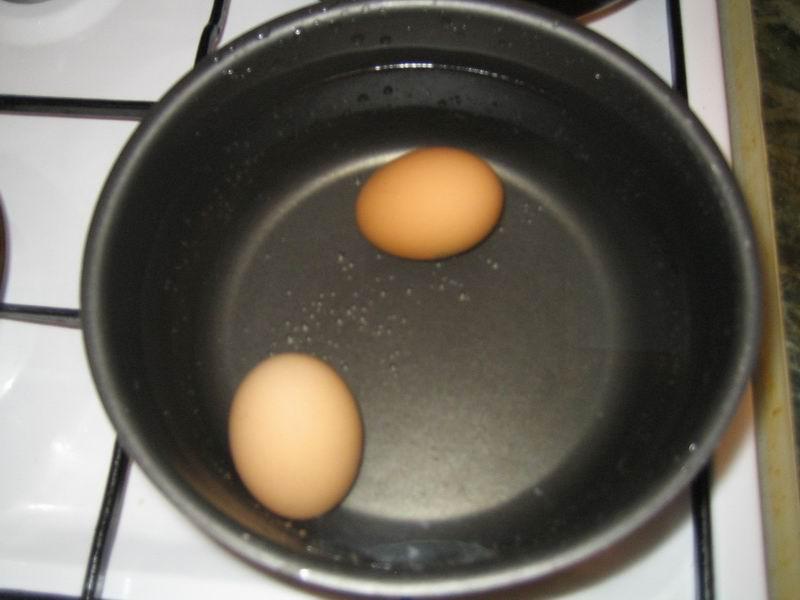 Взять яйца и поставить варить (примерно 15 минут) их на сильный огонь; далее подержать в холодной воде