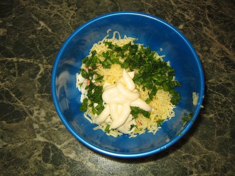 Соединить: крабовые палочки, яйца, сыр, измельчённый чеснок, укроп, майонез; всё тщательно перемешать