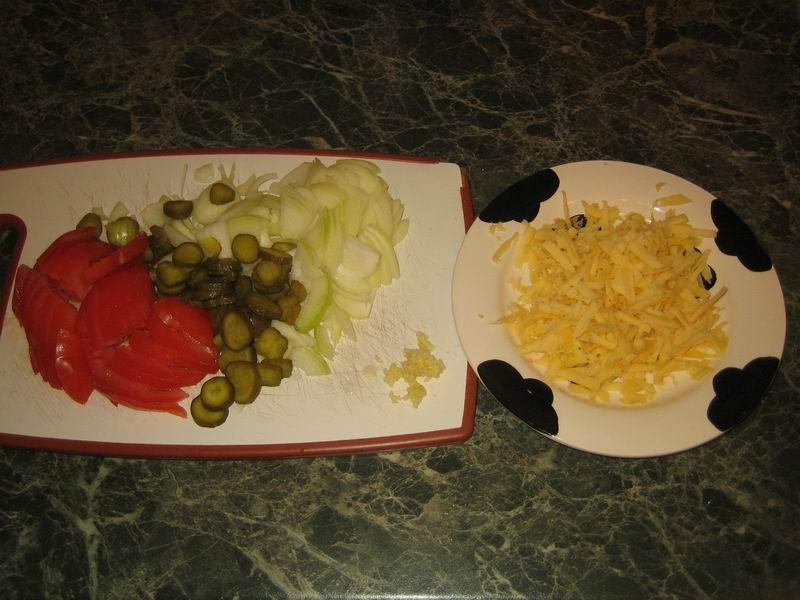 Взять, почистить и нарезать лук; огурцы нарезать кружочками, помидоры помыть и нарезать полукольцами; сыр натереть на крупной тёрке