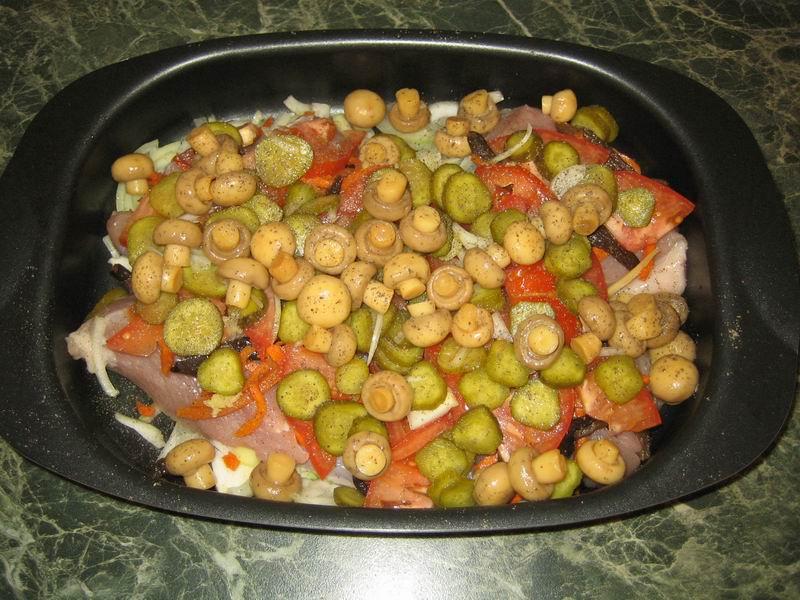 Затем положить подготовленные помидоры (пункт 1), огурцы (пункт 1), шампиньоны, посолить и поперчить по вкусу