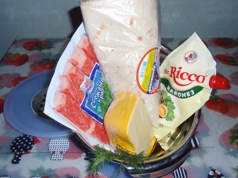 Список продуктов: лаваш - 1 лист, крабовые палочки - 200 гр., сыр - 150 гр., майонез - 150 гр., укроп - 1 пучок