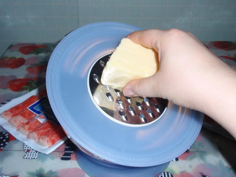 Взять и натереть сыр на крупной тёрке