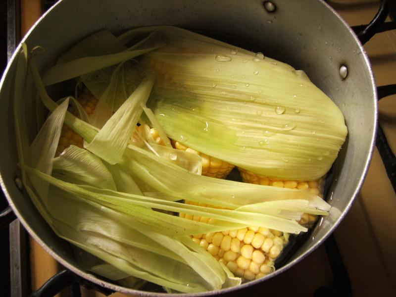 Как варить кукурузу в початках в кастрюле время