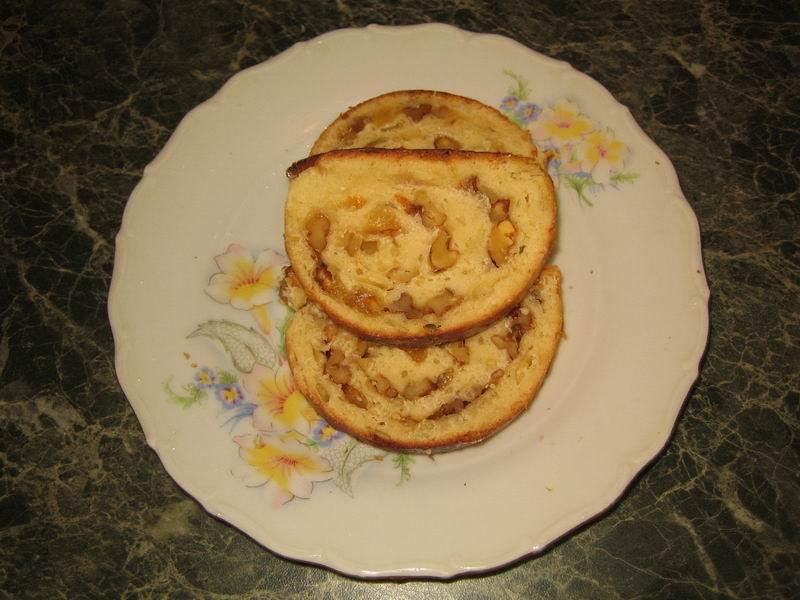 Теперь рулет с орехами и изюмом можно подать к столу; хранить как хлеб, в пакете или в кастрюле, накрытой крышкой, чтобы не засыхал