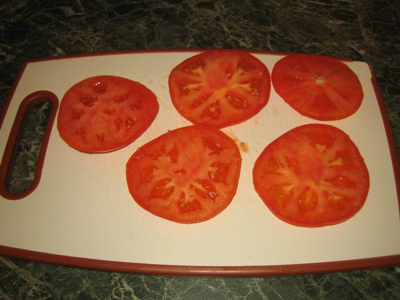 Взять помидоры, помыть их и нарезать кружочками (толщиной примерно 5 мм.)