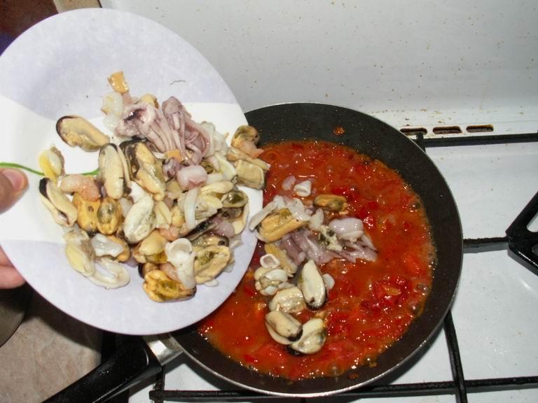 Взять и разморозить морепродукты; положить их в нашу сковороду (пункт 10); тщательно перемешать, добавить соль и перец; тушить (на среднем огне) примерно 10 минут