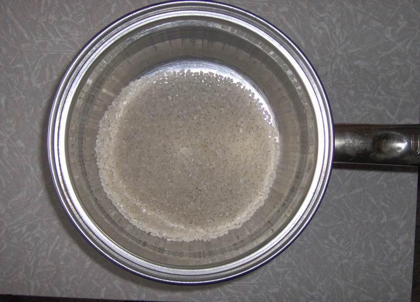 Переложить рис в кастрюле
